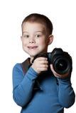 Little Boy que sostiene la cámara y que toma la foto Fotos de archivo