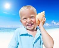 Little Boy que tem o divertimento em uma praia Foto de Stock