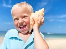 Little Boy que tem o divertimento em uma praia Imagens de Stock Royalty Free