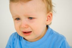 Little Boy-Schreien lizenzfreie stockfotografie