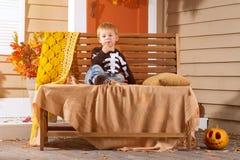Little Boy se sienta en banco Foto de archivo libre de regalías