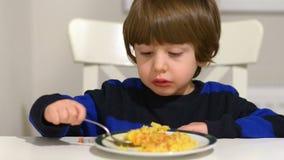 Little Boy som äter pilaff