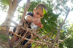 Little Boy som bygger ett felikt hus Royaltyfri Fotografi