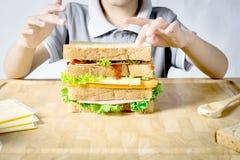 Little Boy som gör en smörgås Arkivfoto