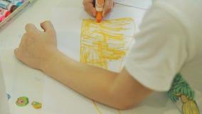 Little Boy som hemma drar med klädde med filt pennor stock video