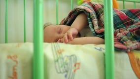 Little Boy som ligger i en lathund arkivfilmer