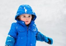 Little Boy som ser upp på snöig dag Royaltyfri Fotografi
