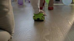 Little Boy som spelar med Toy Car och krammamman arkivfilmer