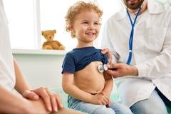 Little Boy sonriente en el examen médico Imagenes de archivo