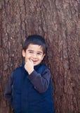 Little Boy sorridente timido Immagini Stock