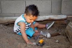 Little Boy-Spiele im Schmutz lizenzfreies stockfoto