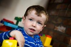 Little Boy-Spielen stockbilder