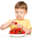 Little boy with strawberries Stock Photography