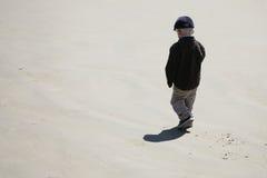 Little Boy sulla spiaggia Fotografia Stock Libera da Diritti