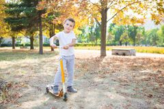 Little Boy sur le scooter photographie stock