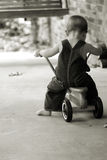 Little Boy sur le scooter dans la sépia Photo stock