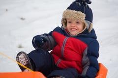 Little Boy sur le traîneau Images stock