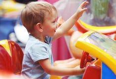 Little Boy sveglio che guida un'automobile del giocattolo Immagine Stock Libera da Diritti