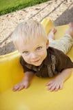 Little Boy sveglio sul campo da giuoco Fotografie Stock Libere da Diritti