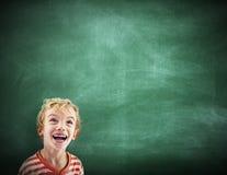 Little Boy szczęścia kopii przestrzeni Blackboard Uśmiechnięty pojęcie Fotografia Stock