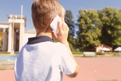 Little boy talking per mobile phone Stock Image