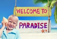 Little Boy tenant un coquillage avec le signe bienvenu Photo stock
