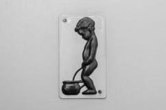 Little Boy-Toiletten-Zeichen stockbild