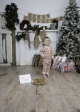 Little Boy trouve Santa Cookies Photos stock
