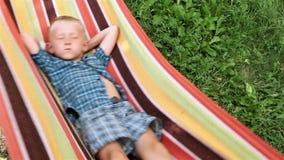 Little Boy tycker om fri tid i hängmatta arkivfilmer