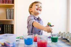 Little Boy używać Wodnych kolory Malować W Domu obrazy royalty free