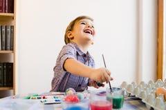 Little Boy używać Wodnych kolory Malować W Domu zdjęcie royalty free