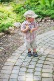 Little Boy Uśmiechniętego mienia Kolorowi Wielkanocni jajka Fotografia Royalty Free