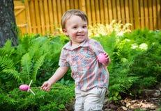 Little Boy uśmiechy Trzyma Różowych Wielkanocnych jajka Zdjęcia Stock