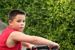 Little Boy und Fahrrad Stockfoto