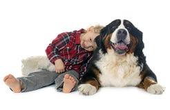Little Boy und Hund Stockbild