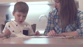 Little Boy und schöne Mutter zeichnen zusammen stock video
