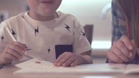 Little Boy und schöne Mutter zeichnen zusammen stock video footage
