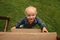 Little Boy unten der Strichleiter stockbilder