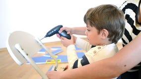 Little Boy usando la herramienta diy almacen de video
