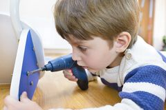 Little Boy utilisant l'outil diy Images libres de droits