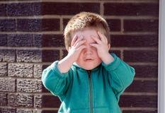 Little Boy-Verstecken lizenzfreies stockfoto