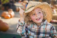 Little Boy w kowbojskim kapeluszu przy Dyniową łatą Zdjęcia Stock
