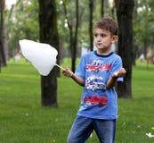Little Boy W parku Je bawełnianego cukierek obrazy royalty free