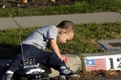 Little Boy, welches die Ameisen betrachtet Stockfotos