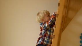 Little Boy wspinaczkowa drabina w dziecinu zdjęcie wideo