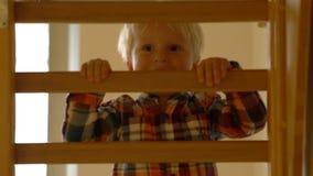 Little Boy wspinaczkowa drabina w dziecinu zbiory wideo