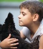 Little Boy y su perro fotografía de archivo libre de regalías