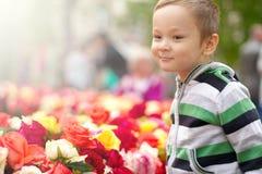 Little Boy Z Wielkanocnymi jajkami I kwiatami Zdjęcie Stock