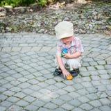 Little Boy Zbiera Kolorowych Wielkanocnych jajka Obraz Royalty Free
