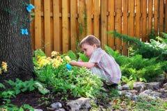 Little Boy Znajduje Wielkanocnych jajka Obrazy Royalty Free